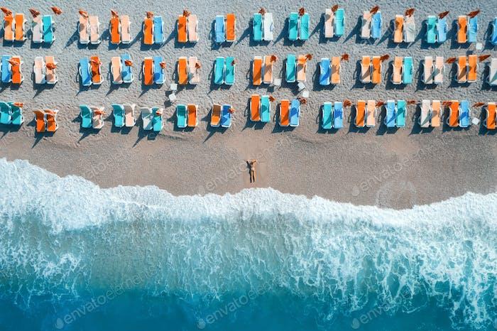 Luftaufnahme der liegenden Frau am Strand
