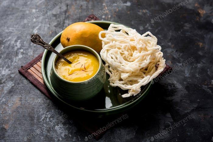 Indisches Essen Alphonso Mango Fruchtfleisch mit gebratenen Krapfen