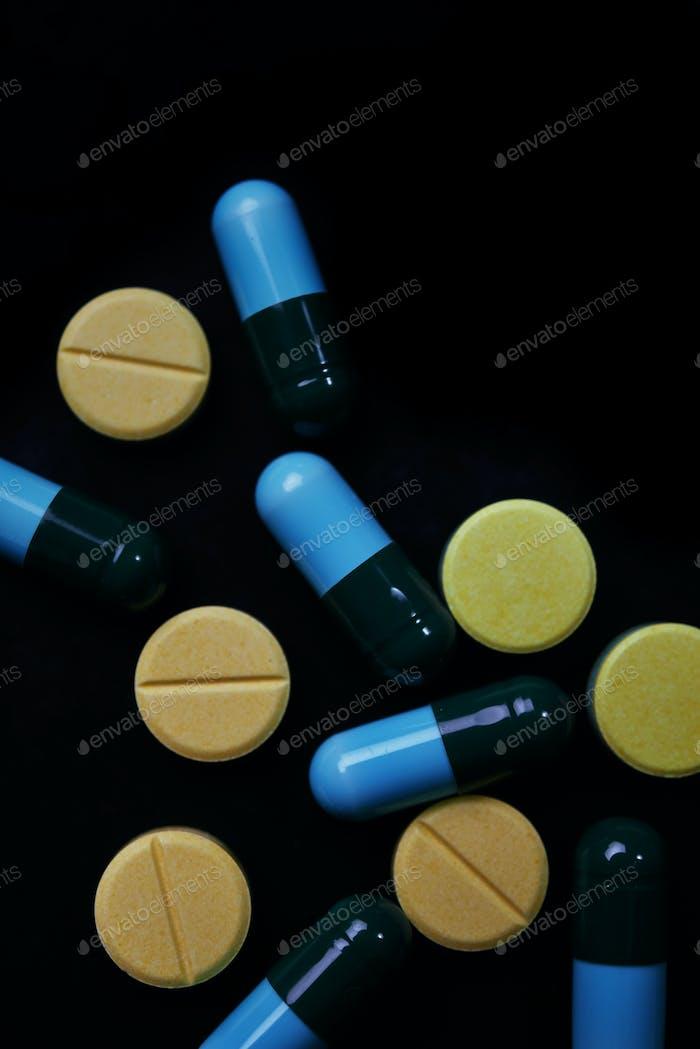 Pille und Droge auf schwarzem Hintergrund