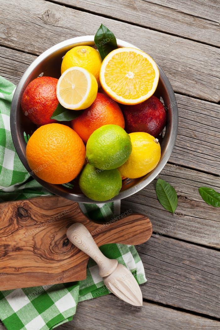 Frische Zitrusfrüchte im Sieb