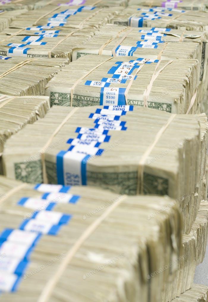 Billetes de dólares estadounidenses en paquetes