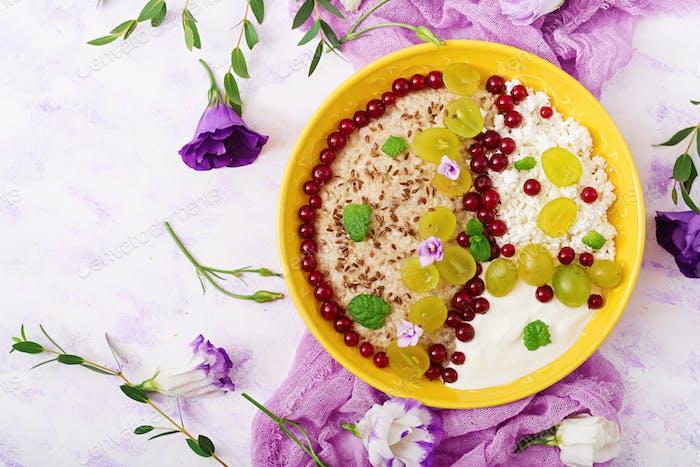 Köstliche und gesunde Haferflocken mit Trauben, Joghurt und Quark