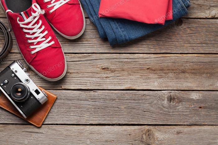 Kleidung und Accessoires. Urbanes Outfit für Alltag oder Reisen