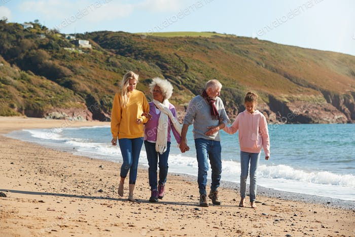 Mehrgeneration Familie Wandern entlang der Küste Am Winter Strand Urlaub