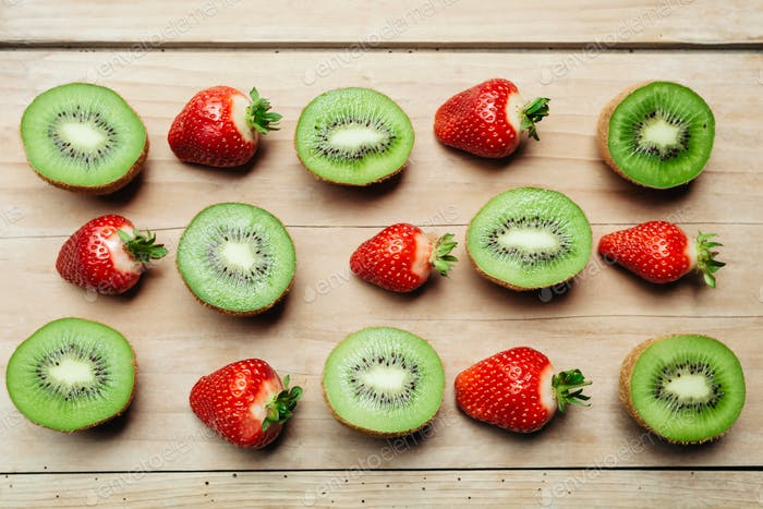 Kiwi und Erdbeere auf Holz Tischhintergrund