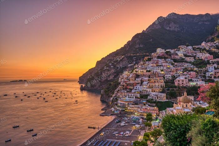 Das berühmte Dorf Positano an der italienischen Amalfiküste