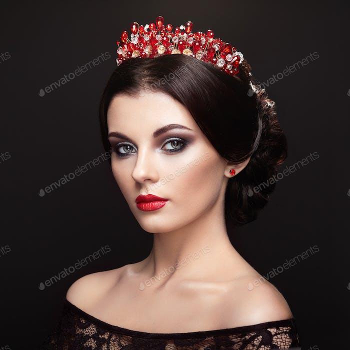 Mode-Porträt der schönen Frau mit Tiara auf dem Kopf