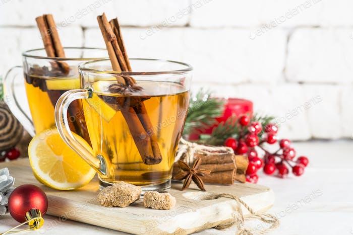 Winter heißer Tee mit Zitrone und Gewürzen