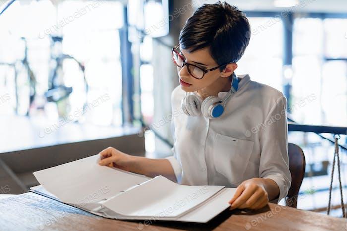 Junge Student Vorbereitung auf eine Prüfung