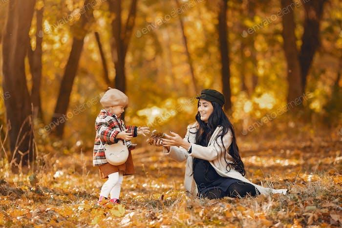 Niedliche und stilvolle Familie in einem Herbstpark