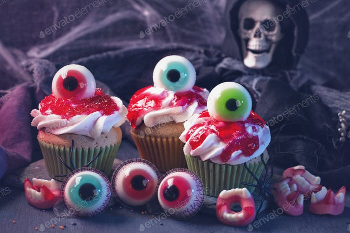 Halloween cupcakes with sweet eyes