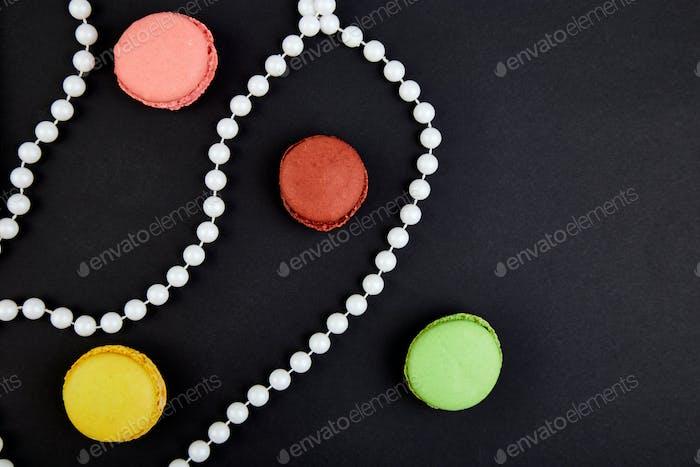 Ein schönes Muster aus Makronen und Perlen