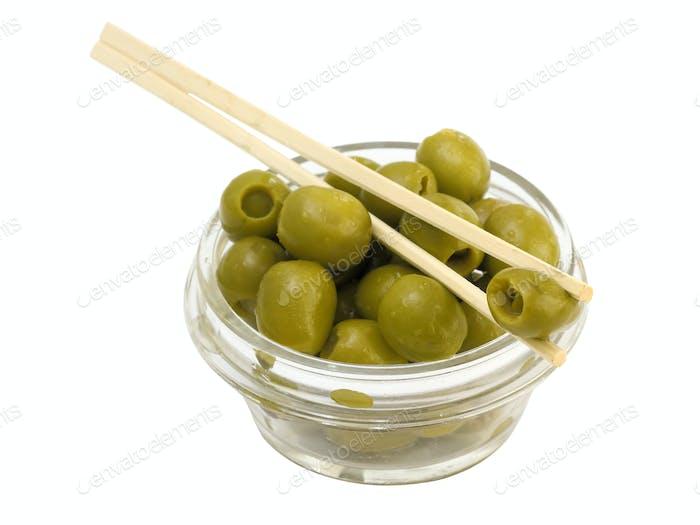 Grüne Oliven in einer Schüssel auf einem weißen Hintergrund