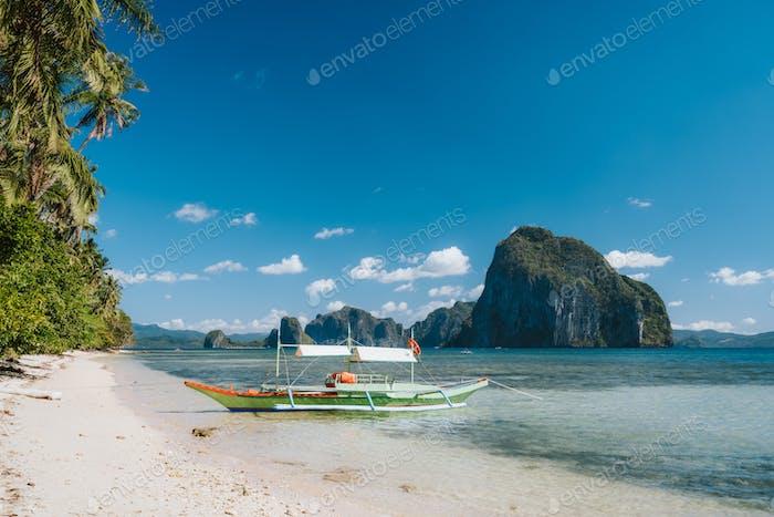 Tourismus Insel Hopping Boot in der Nähe von Las sandigen Cabanas Strand, El Nido, Palawan, Philippinen