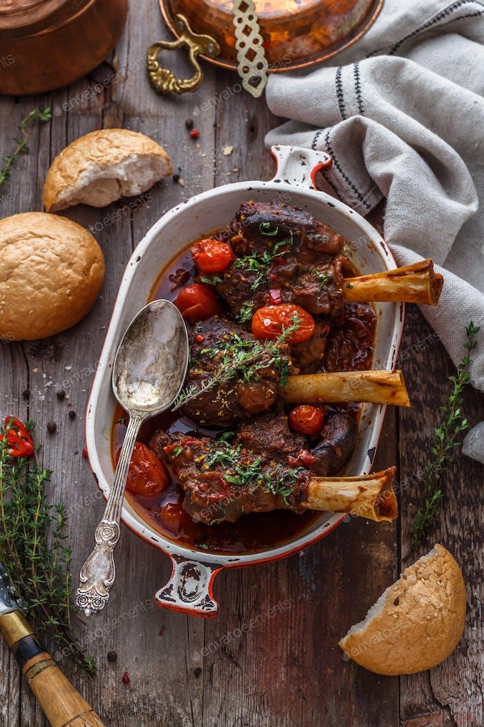 Lammschäfte in satter Tomatensauce mit Brot und Kräutern, Draufsicht