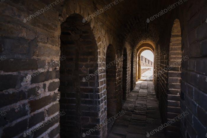 langer Steingang mit Treppe im alten Schloss oder Mauer
