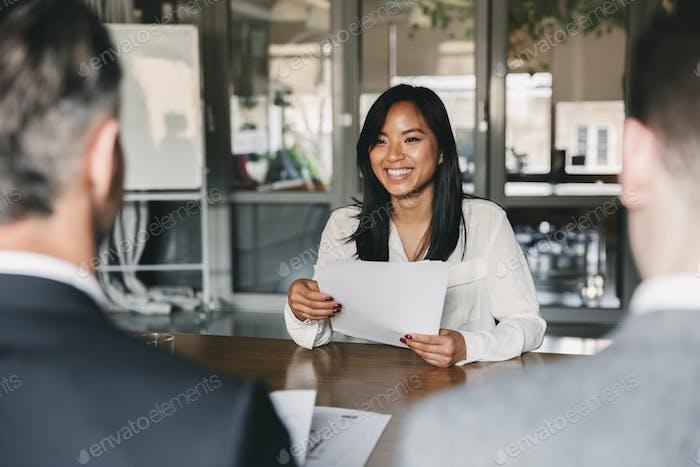 Concepto de Negocios, carrera y colocación - joven Mujer asiática smili