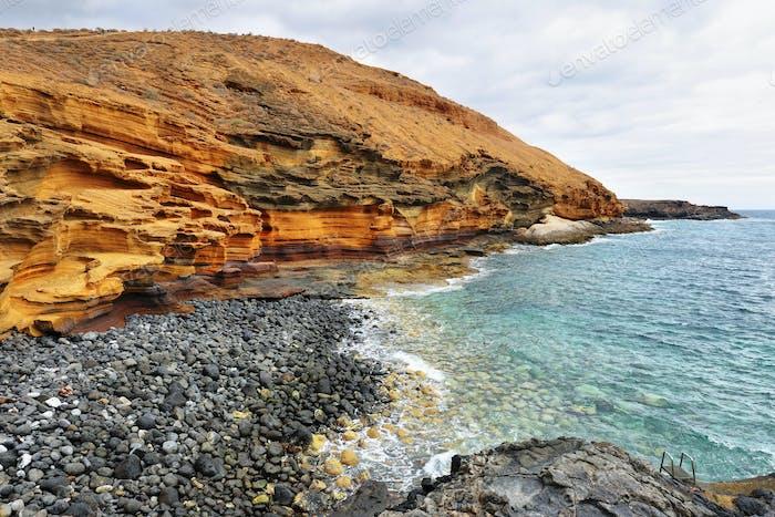 Der Gelbe Berg am Meer auf Teneriffa, Kanarische Inseln, Spanien