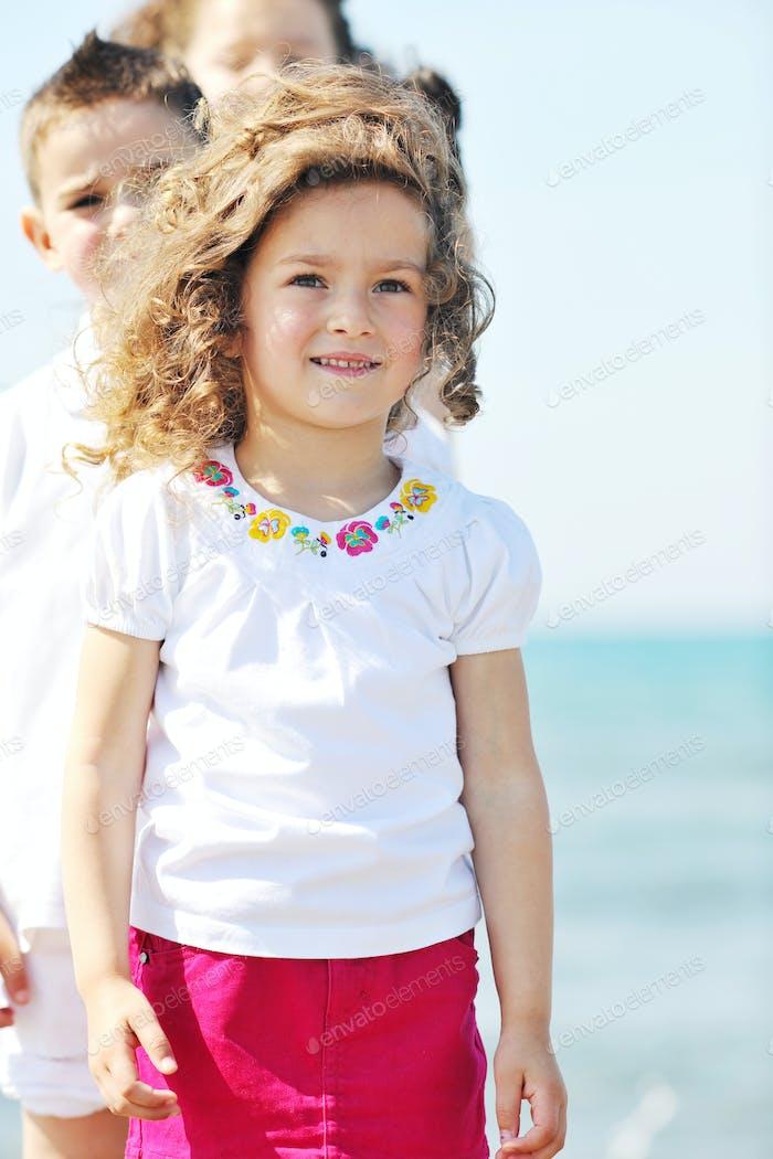glückliches Kind Gruppe spielen am Strand