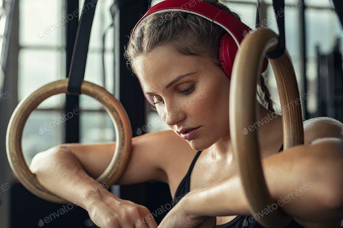 Musik hören und sich im Fitnessstudio ausruhen