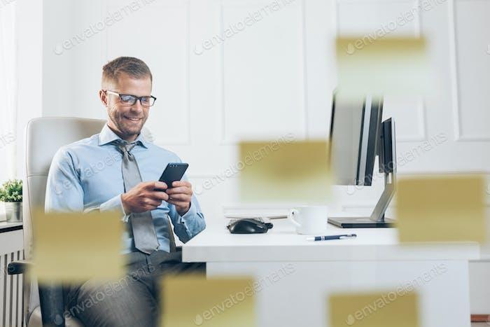 Erfolgreicher Geschäftsmann, der in seinem Büro arbeitet