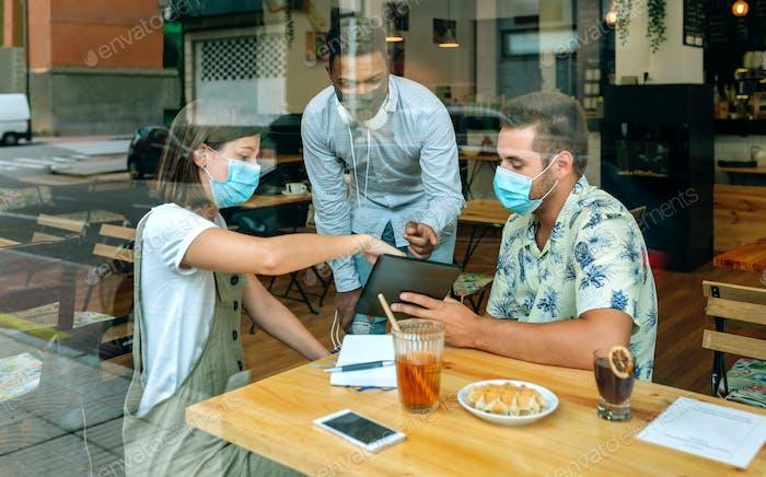 Geschäftsleute bei einem informellen Geschäftstreffen in einem Café