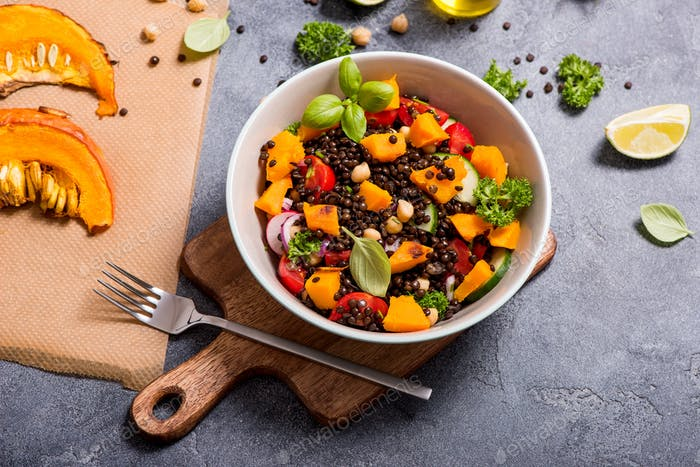 Gesunder Salat mit gebackenem Kürbis und Linsen