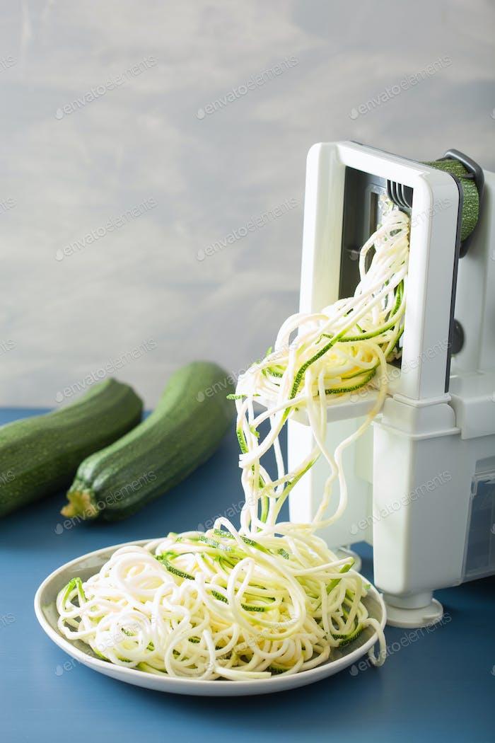 spiralisierendes Zucchini rohes Gemüse mit Spiralizer