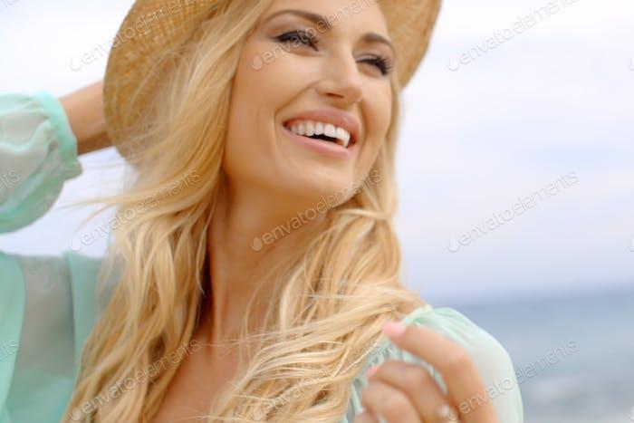 blond frau tragen sonnenhut an shore