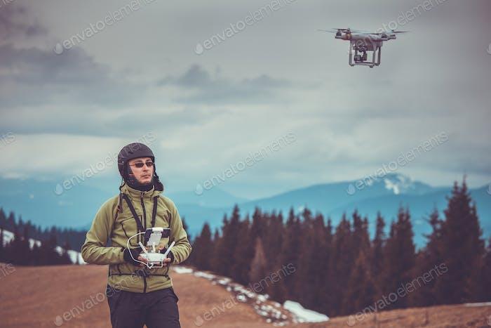 Mann, der eine Drohne betätigen