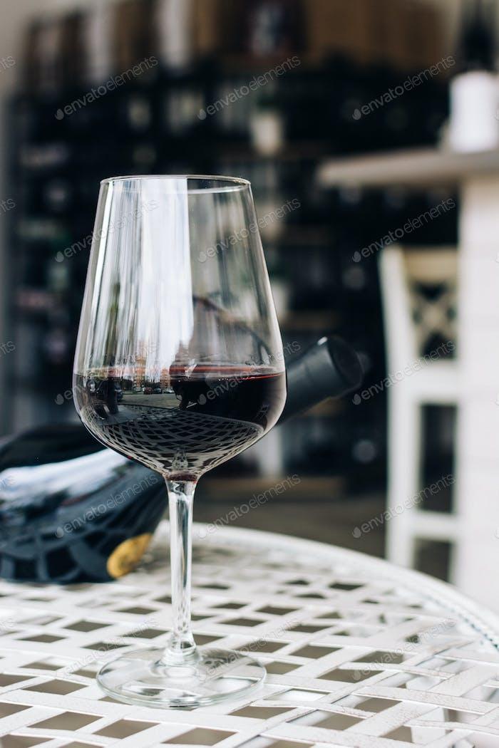 Glas Rotwein im Weinshop