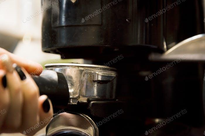 Zubereitung von Kaffee in Kaffeemaschine
