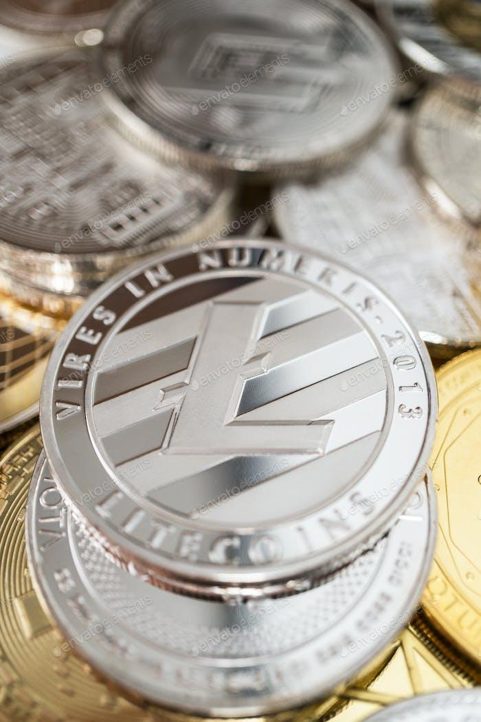 Nahaufnahme von Litecoin Physikalische Münze auf Stapel von vielen anderen Kryptowährungen