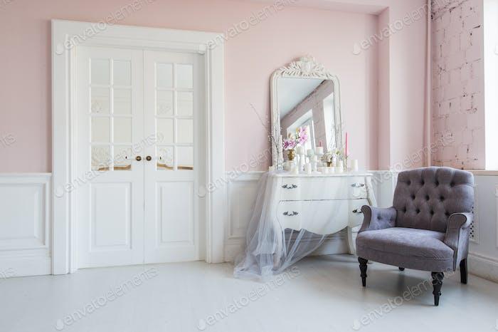 Классическая кресло и зеркальный столик в интерьере гостиной