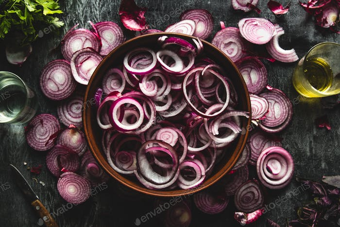 Nahaufnahme von geschnittenen roten Zwiebeln, als Hintergrundbild gedacht