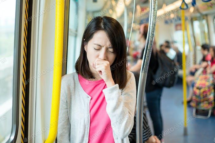 Frau fühlt sich unwohl im Zug