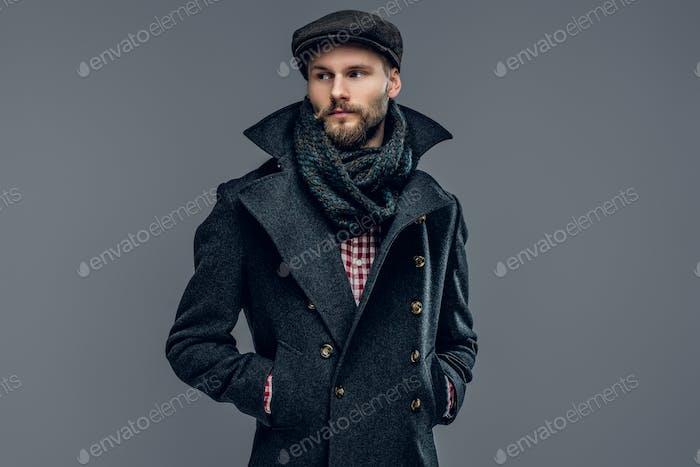 Ein Mann, der in Agrey Jacke gekleidet ist.