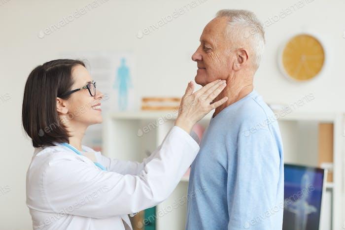 Lächelnde Ärztin Untersuchung Senior Man