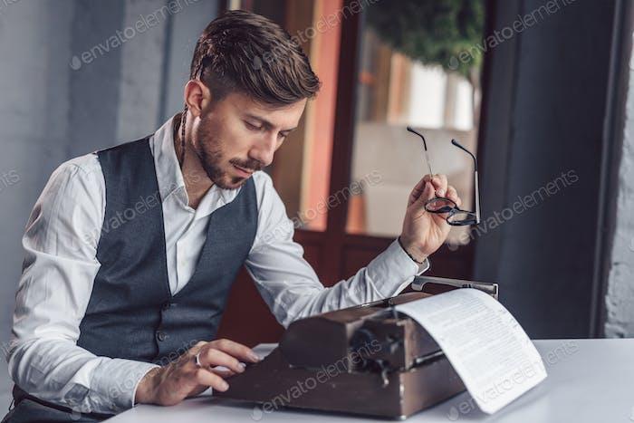 Pensando Hombre en la oficina