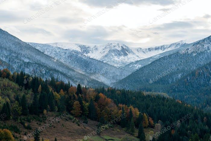 Erstaunliche Berglandschaft mit farbenfrohen lebendigen Sonnenuntergang mit Schnee