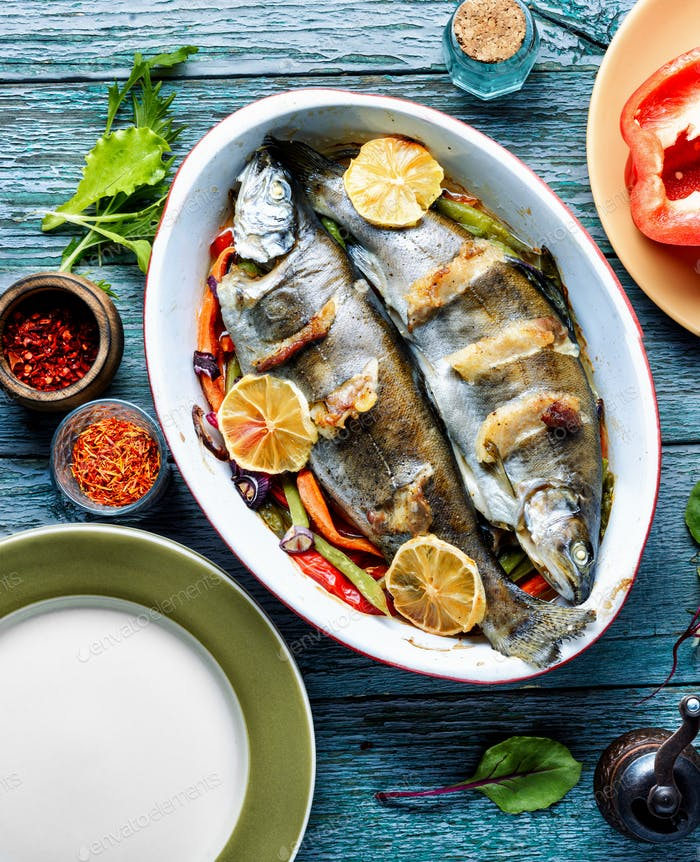 Baked fish with lettuce