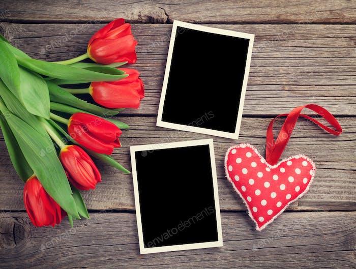 Rote Tulpen, leere Bilderrahmen und Herz