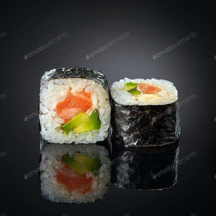Sushi con salmón y aguacate