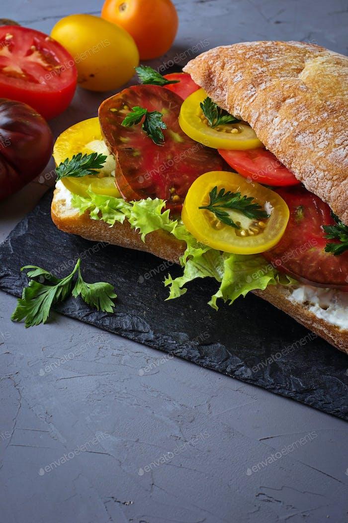 Vegetarisches Sandwich mit Tomaten