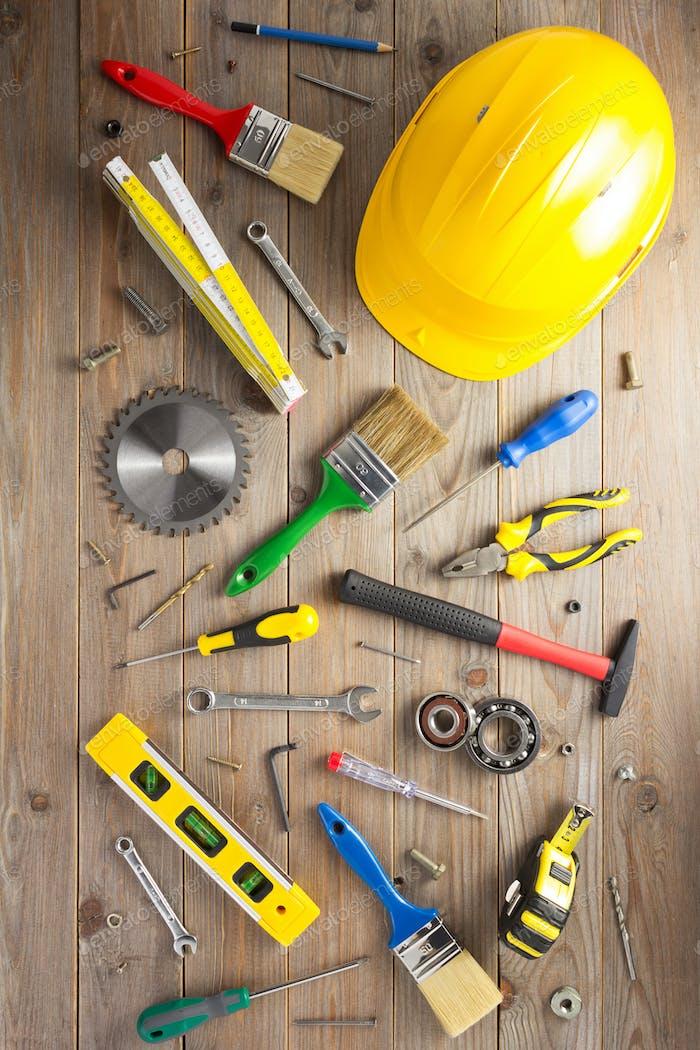 набор инструментов и инструментов на деревянном фоне