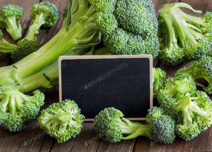 Frischer Brokkoli mit kleiner Tafel