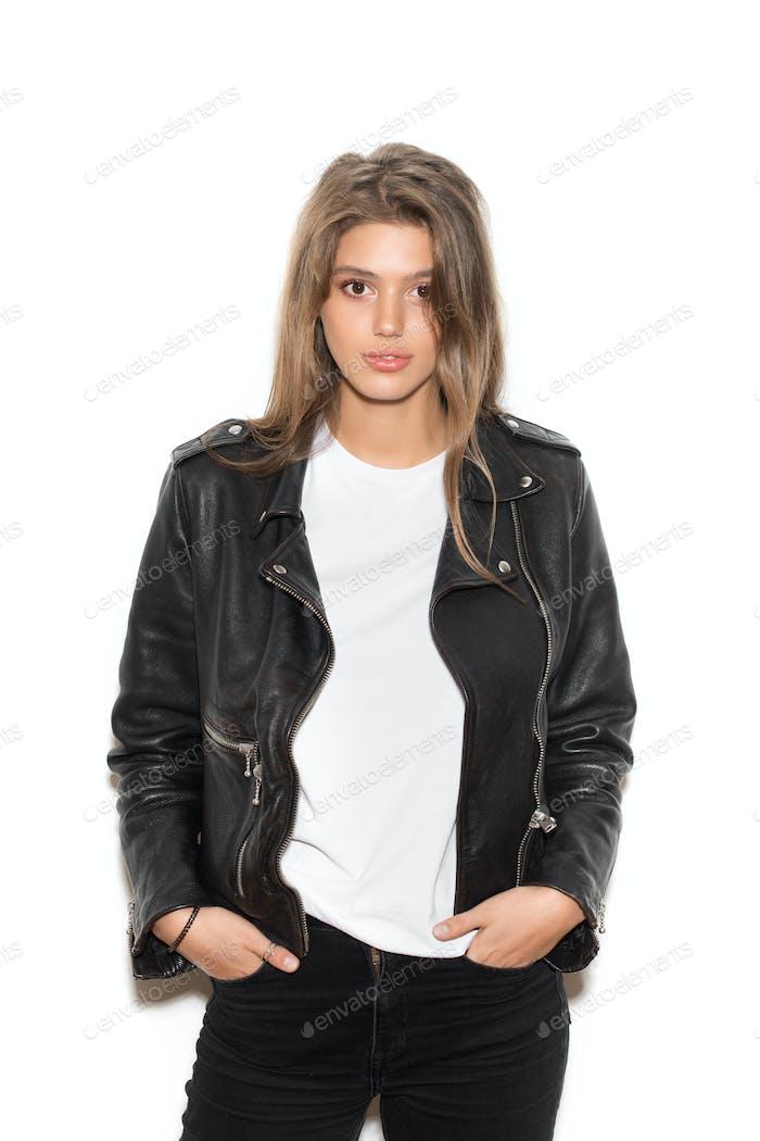 девушка байкер в черной куртке