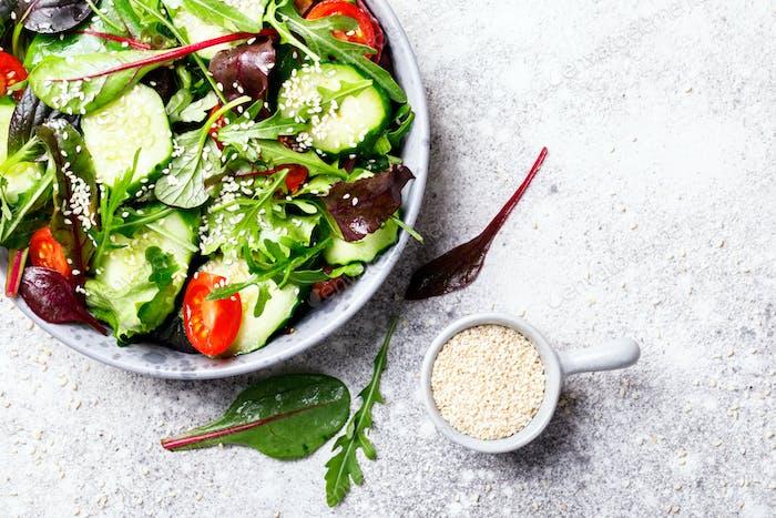 Gemüsesalat in einer Glasschüssel mit Grünen.Vegetarisches Konzept