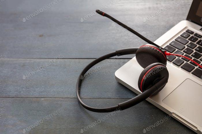 Headset auf schwarzem Hintergrund. Callcenter, Home-Office, Kundendienst, Helpdesk