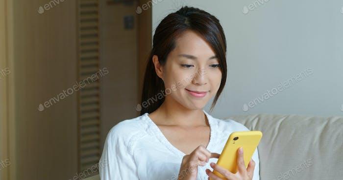 Uso de la ama de casa del teléfono móvil en el hogar